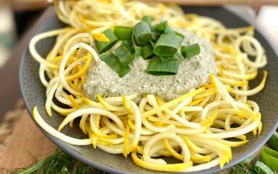 Raw cuketové špagety skrémovou kôprovou omáčkou